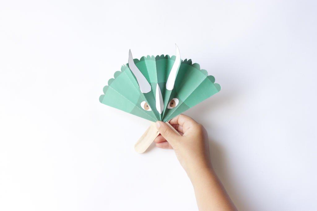 Dino abanico de papel