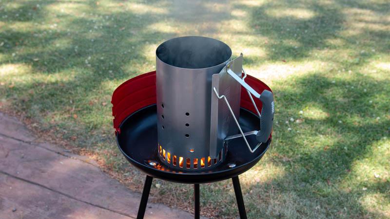 Chimenea con briquetas para barbacoa