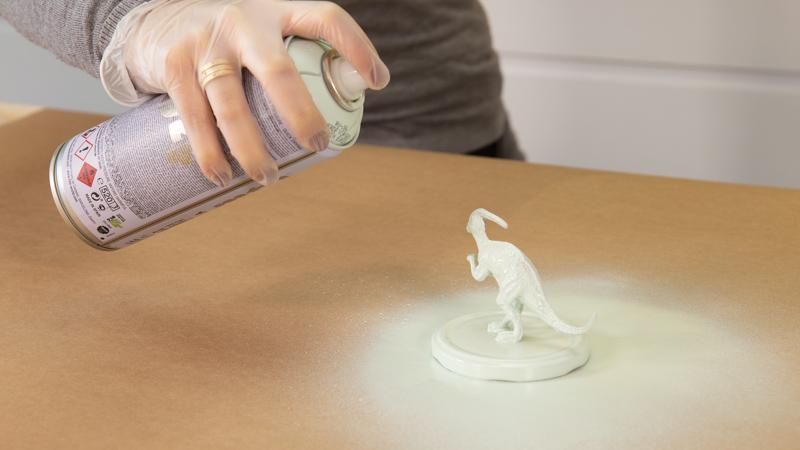 Pintura en spray para decorar los dinosaurios de plástico