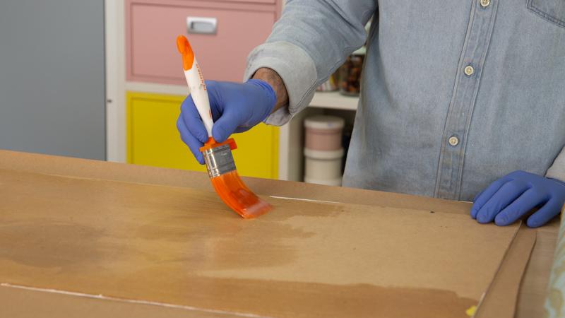 Aplicamos adhesivo para papel pintado