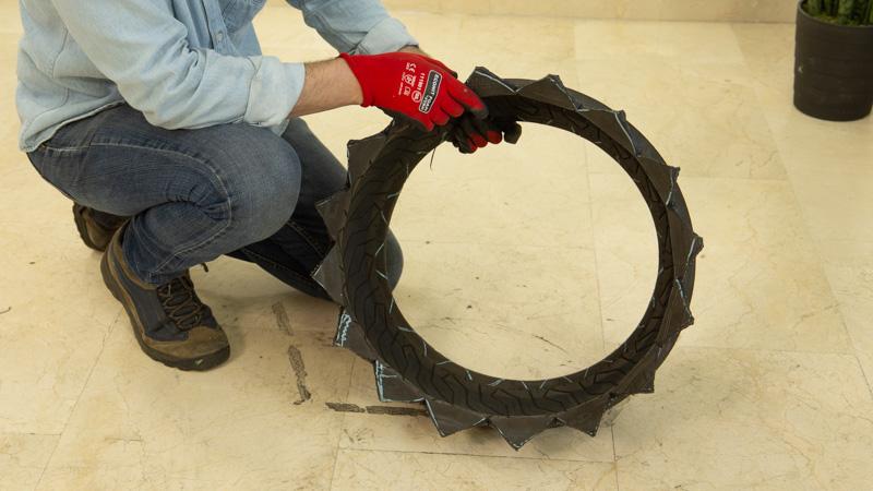 Apoyamos el neumático en el suelo