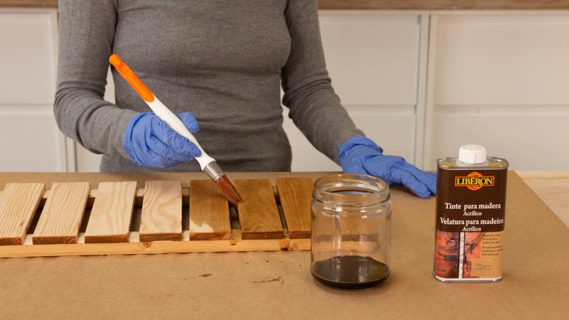 Aplicamos un tinte para madera