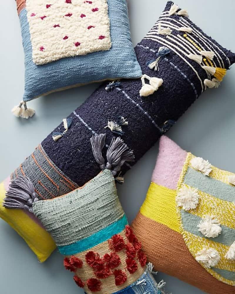 Cojines decorados al estilo boho chic con texturas y colores vivos