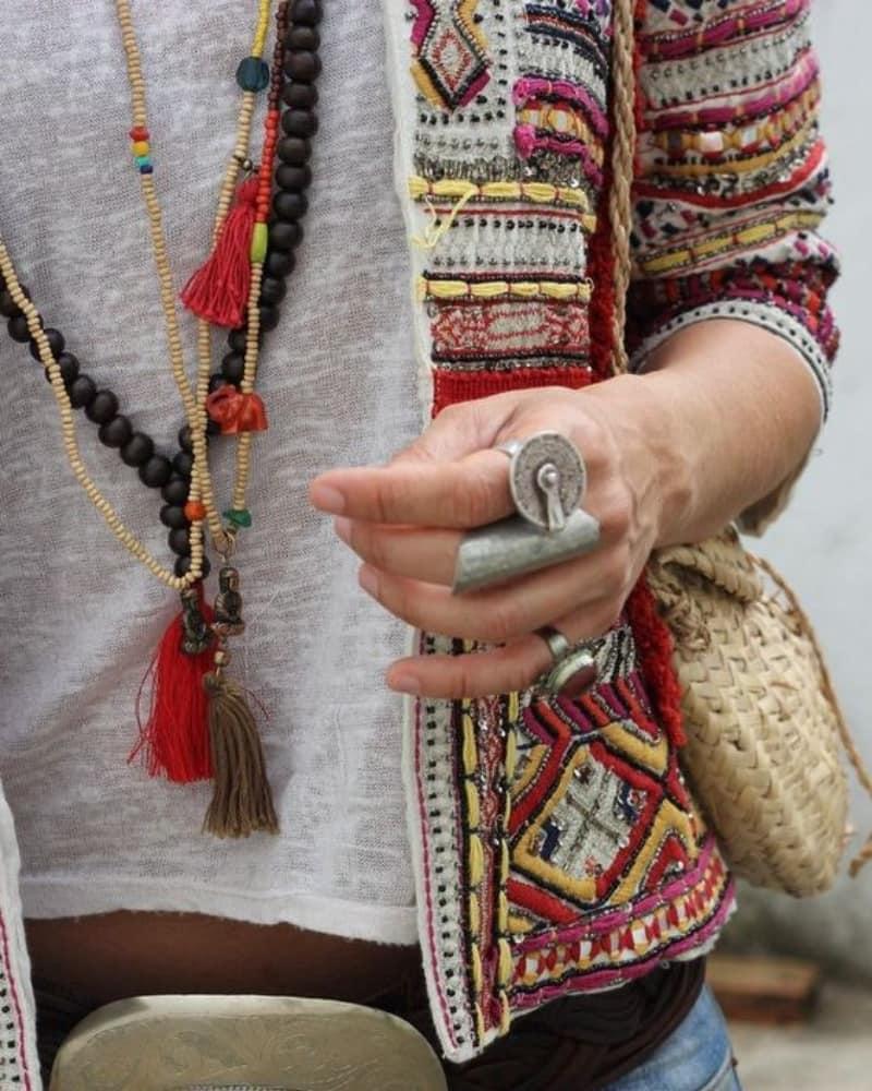 Collar DIY al estilo boho chic con abalorios de madera y borlas de hilos de colores