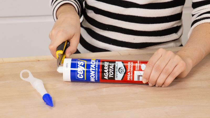 Cortamos envase para aplicar adhesivo