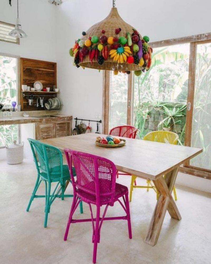 Sillas decoradas con colores vibrantes para la cocina