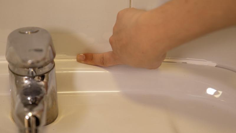 Extender con el dedo el producto hasta que quede una capa fina