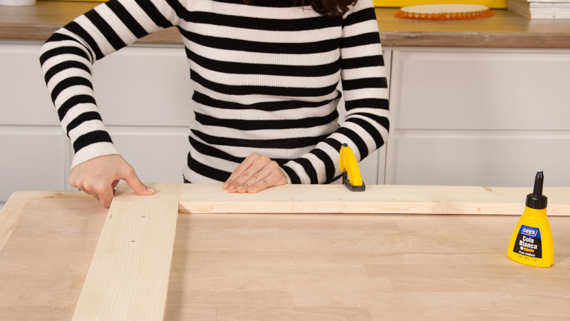 Unimos listones para formar el marco de madera