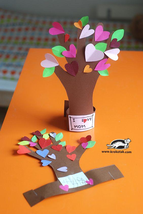 Árbol primaveral con corazones