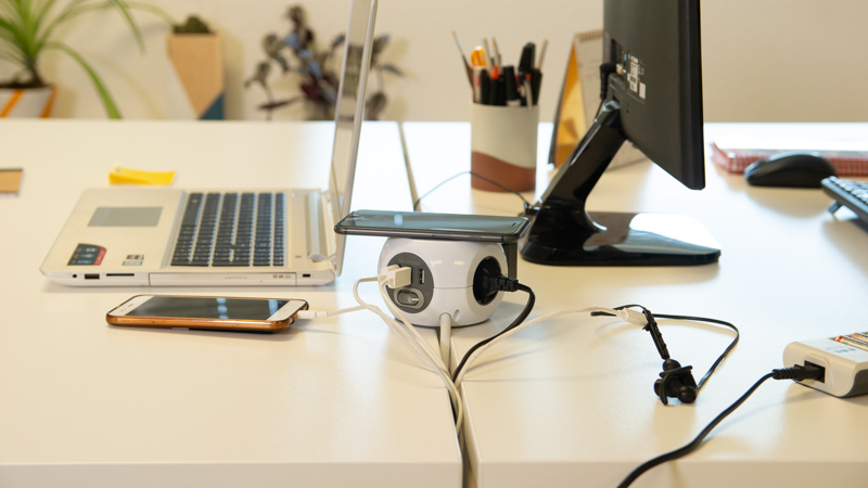 Base de enchufes con USB y carga inalámbrica de Simon