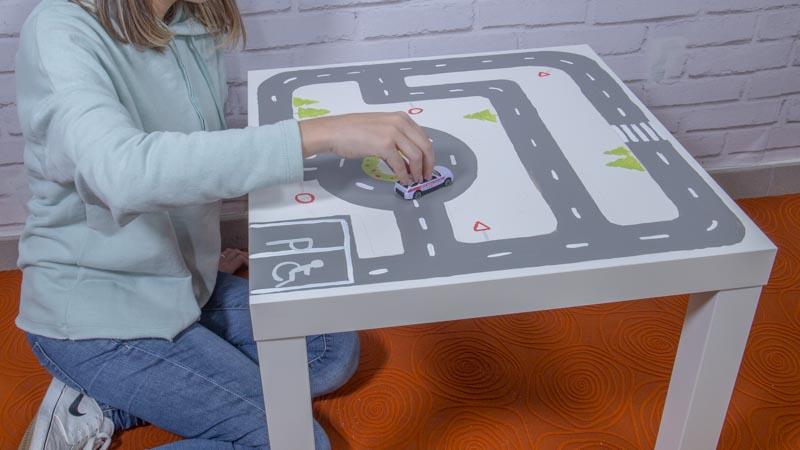 Circuito para coches casero con una mesa de Ikea