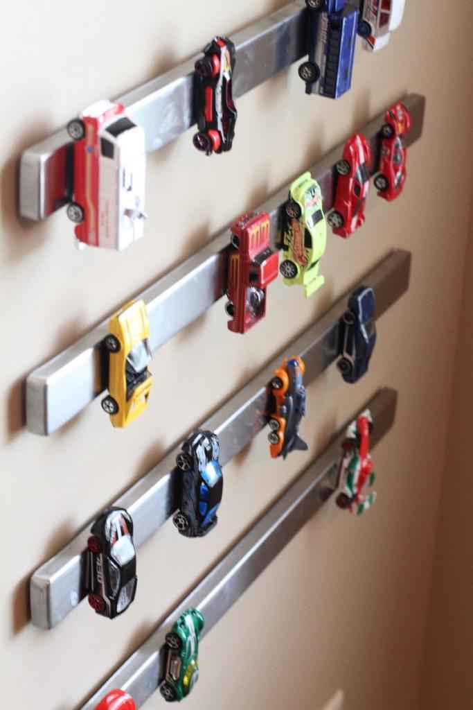 Ideas de decoración de habitaciones infantiles: organizador casero de coches