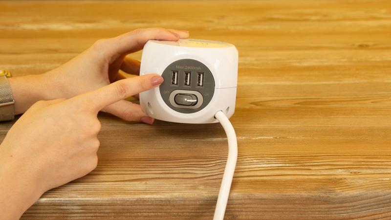 Tomas USB de la base múltiple con carga inalámbrica de Simon