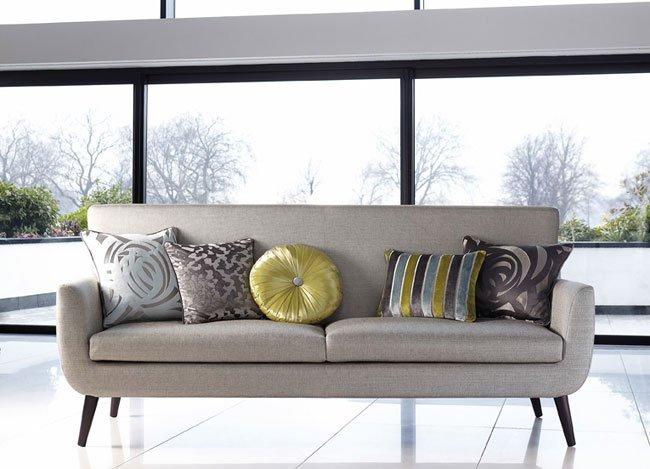 Sofá en tonos neutros con cojines en color