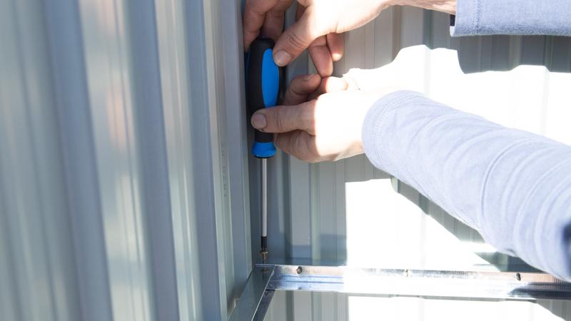Asegurar los laterales con tornillos