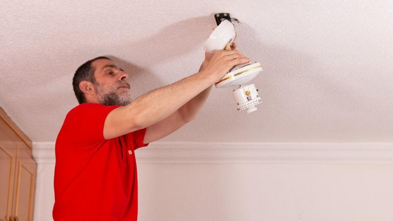 Colocar el motor en el techo mediante la placa metálica