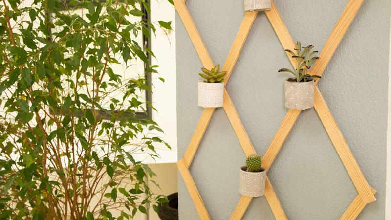 Celosía con macetas anclada a la pared