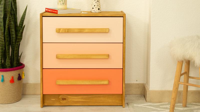 Cómoda Rast de Ikea con efecto degradado en rosa
