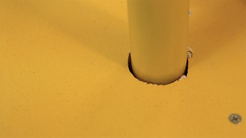 Colocación del manillar en el balancín casero hecho con una rueda