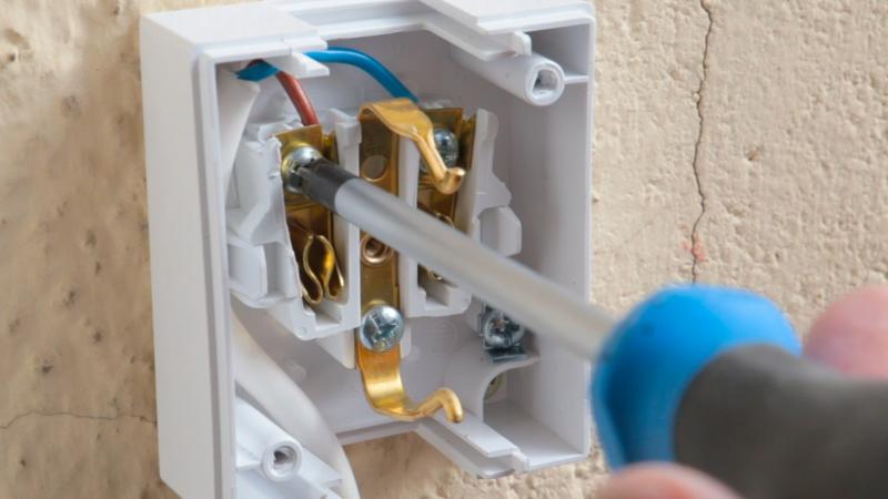 Asegurar cables enchufe exterior