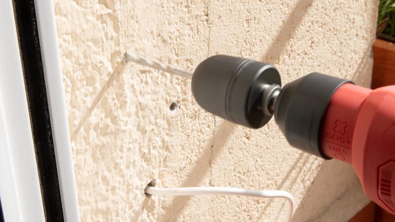 Abrir el agujero en la pared para el nuevo enchufe