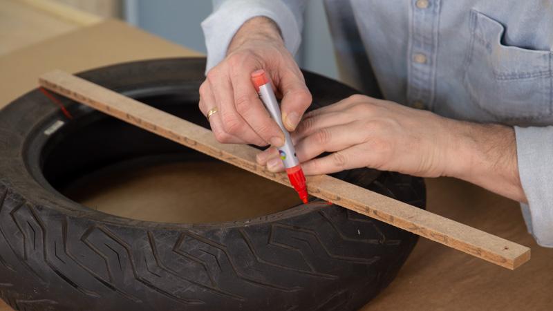 Marcado de la mitad del neumático para hacer el corte del balancín