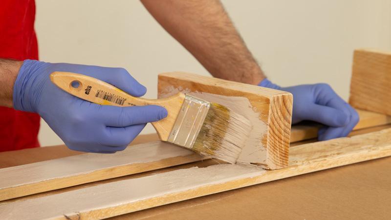 Pintar una de las lamas de madera