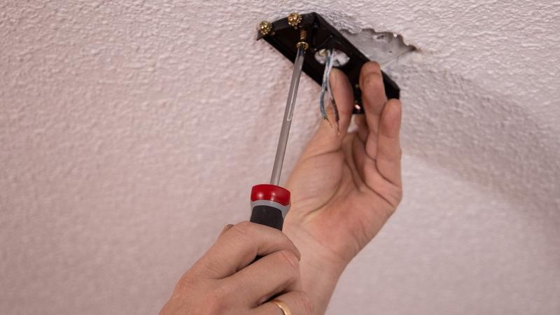 Atornillar la placa al techo