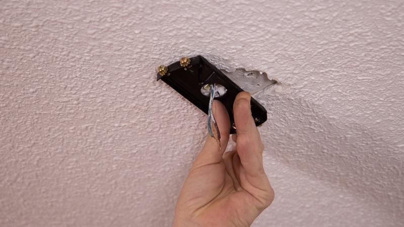 Colocar placa en el techo pasando los cables