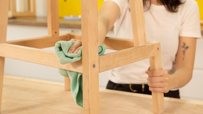 Con un trapo húmedo limpiar las patas del mueble