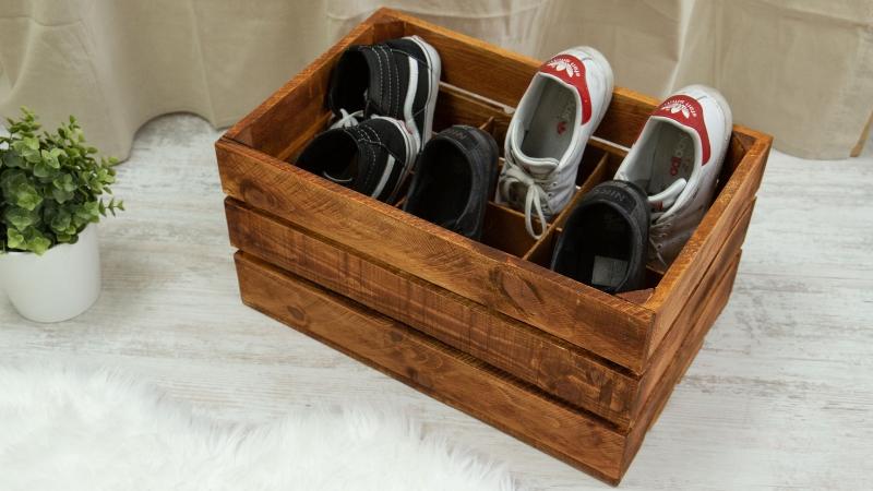 Zapatero hecho con una caja de fruta de madera