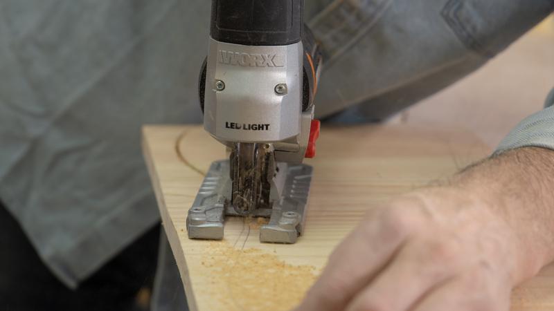 Sierra de calar cortando el asiento del balancín
