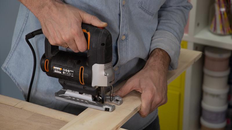 Sierra de calar cortando las piezas de la estructura interna de madera