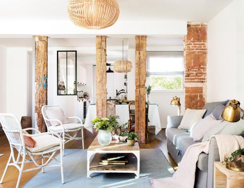 Vigas de madera como pilares decorativos en el salón