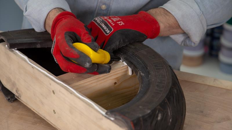 Pegado de la estructura interna de madera del balancín infantil