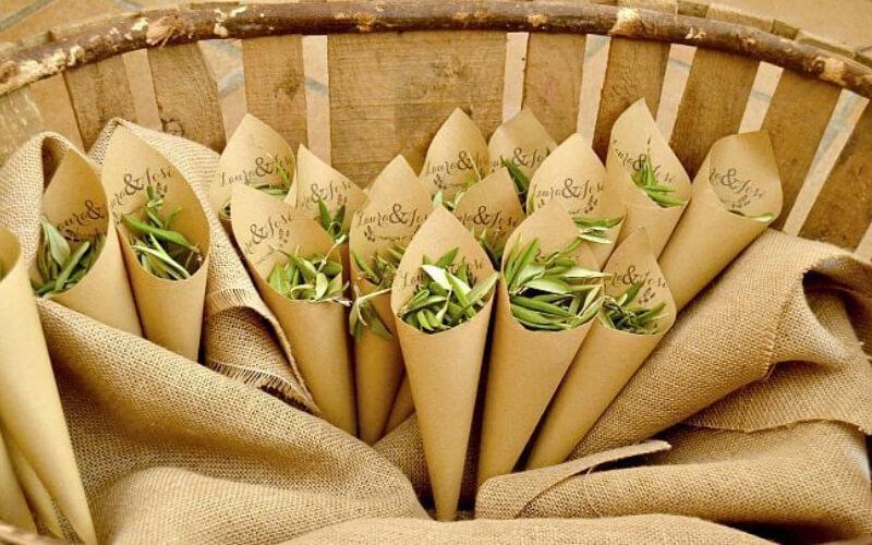 Hojas de olivo para sustituir el arroz de boda