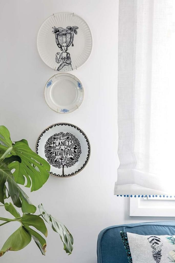 Decora las paredes del salón con platos de cerámica pintados a mano. Una solución decorativa que mezcla lo antiguo y lo nuevo de forma moderna y actual