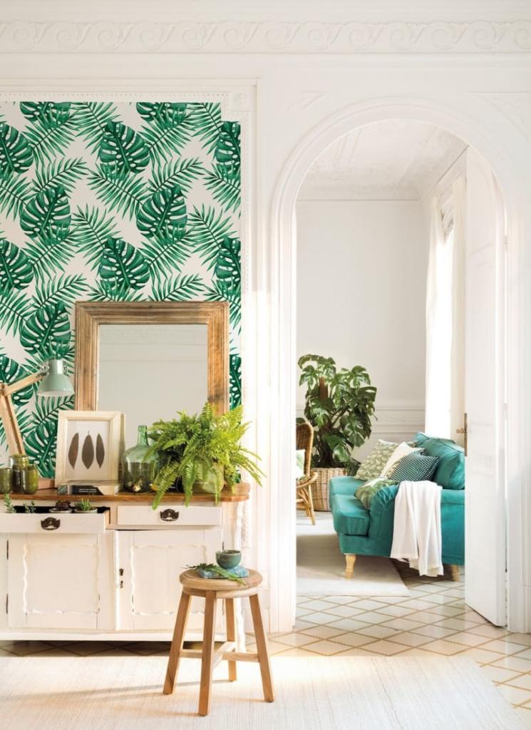 Decoración de salón con papel pintado de estilo tropical