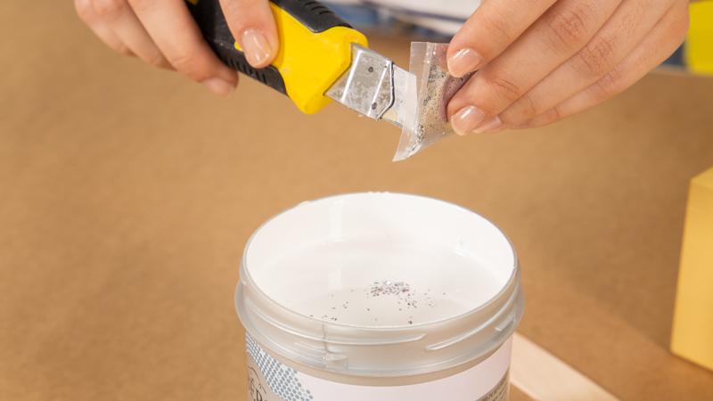 Añadir purpurina al bote de pintura