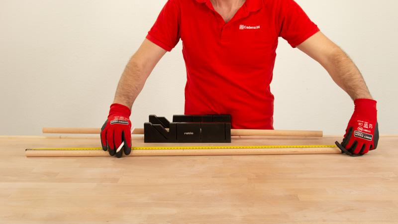 Medir los tubos de madera para las patas