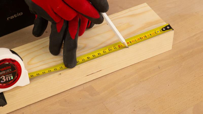 Medir la pieza de madera para la base