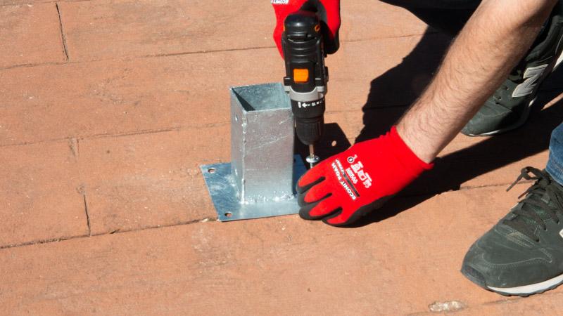 Fijar las peanas o bases al suelo con tornillos grandes