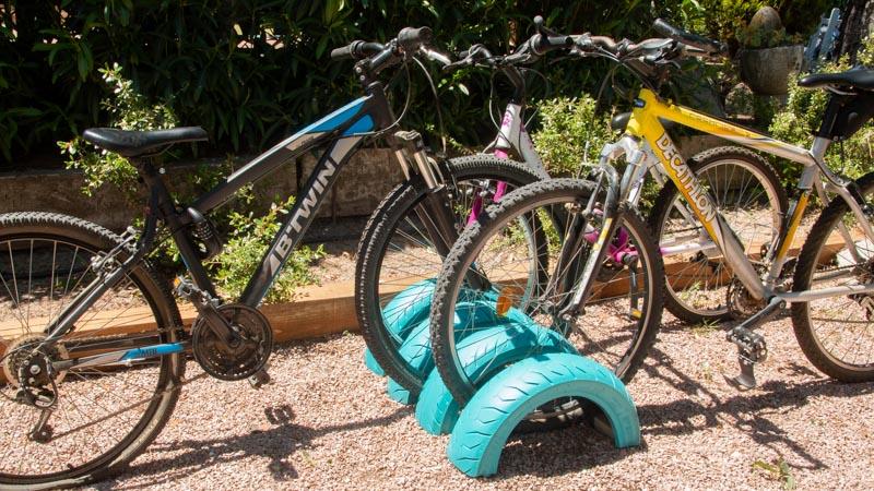 Aparcamiento de bicis casero hecho con neumáticos