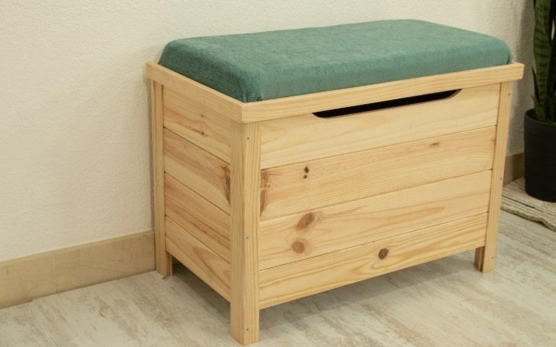 Baúl de madera tapizado para convertirlo en asiento