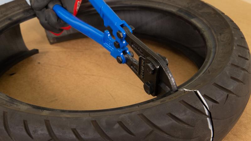 Uso de una cizalla para cortar las partes metálicas del interior del neumático