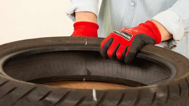 Cúter cortando la goma del neumático