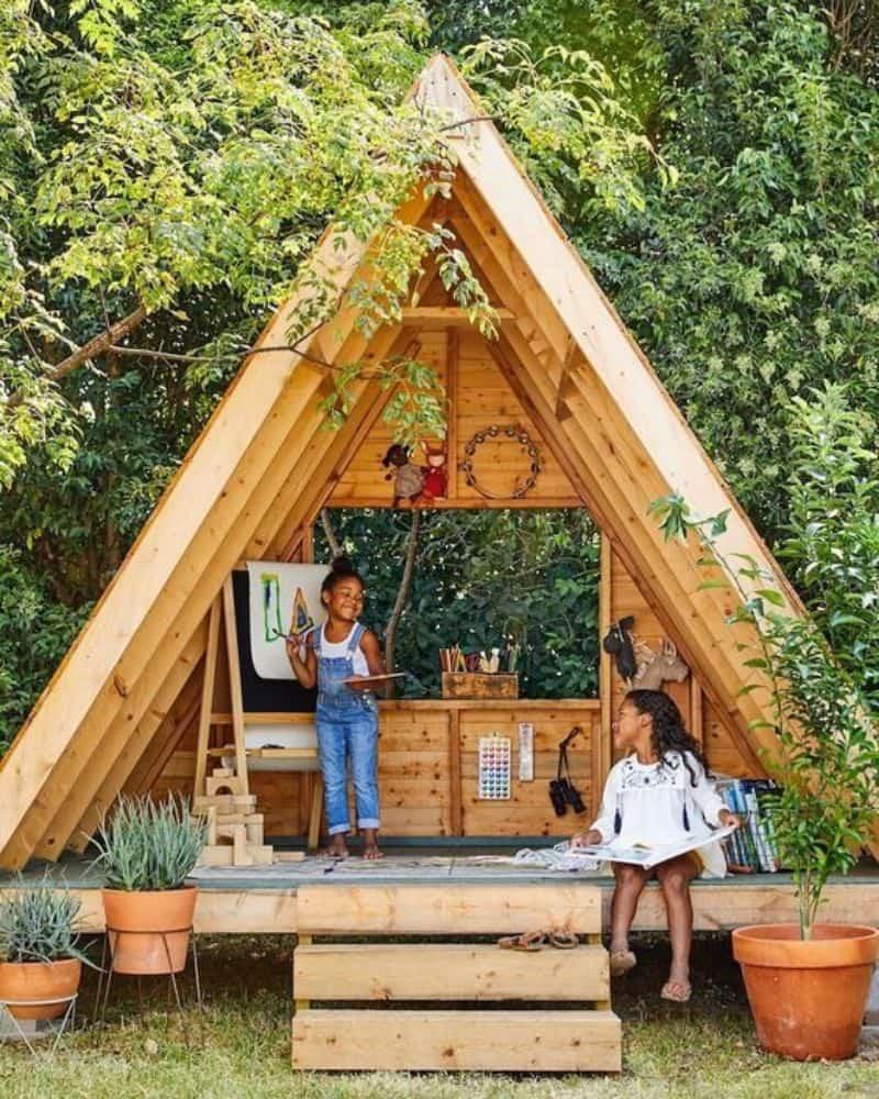 Caseta de madera para exterior con zona de juegos para niños.