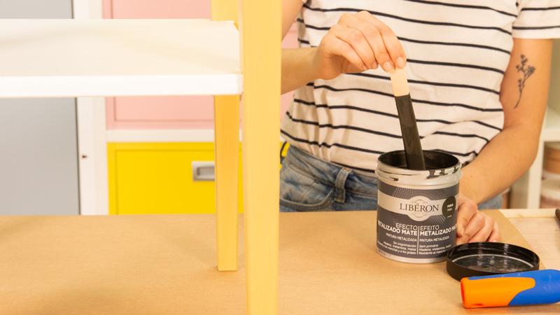 Efecto metalizado LIberon para pintar las patas de una mesita