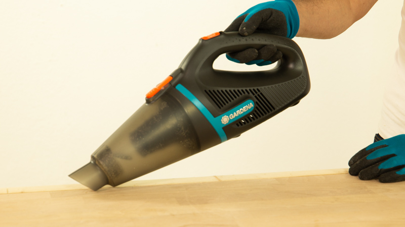 Aspirar los restos de polvo y suciedad con ayuda del aspirador de mano