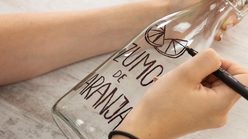 Dibujar sobre la botella con un rotulador
